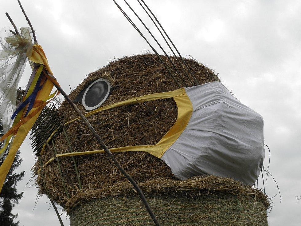 Obří slámový zajíc v Hlučíně dostal před letošními Velikonocemi roušku.