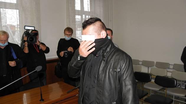 Muži (na snímku ze zahájení procesu v říjnu 2020) v případě uznání viny hrozí až dvacet let vězení.