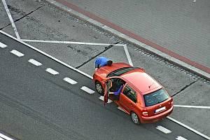 Muž si možná myslel, že je Superman, který holýma rukama dokáže zvednout auto.
