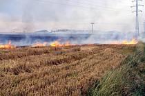 Požár strniště nedaleko Olbramic
