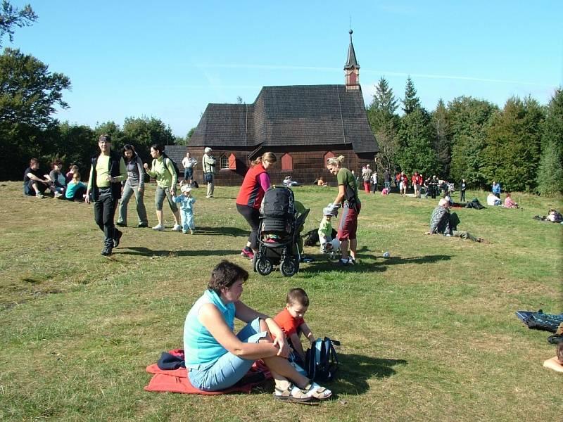 Prašivá. K dřevěnému kostelíku na kopci Prašivá nedaleko Vyšních Lhot chodí poutníci především z Těšínska. Je to velmi oblíbené místo k prosbě za odpuštění hříchů.