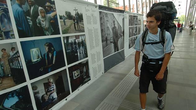NENECHTE SI UJÍT. Ve vestibulu svinovského nádraží je v těchto dnech k vidění zajímavá výstava.