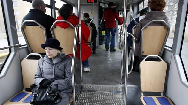 V ostravských tramvajích se objevily nové sedačky.