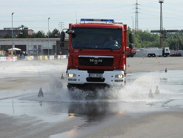 Řidiči Záchranného útvaru Hasičského záchranného sboru České republiky z Hlučína, kteří absolvovali tento týden speciální cvičení v autodromu Libros v Ostravě-Přívoze.