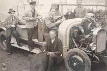 Svinovští dobrovolní hasiči byli založení už v roce 1889 a jsou zde nejstarším spolkem. Na snímku z roku 1930 jsou zachyceni s novým hasičským vozem.