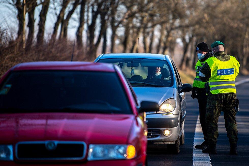 Policie ČR a vojáci začali nařízením vlády ČR kontrolovat, jestli lidé dodržují nová protiepidemická opatření omezující volný pohyb mezi okresy. 6. března 2021 v Nové Bělé.