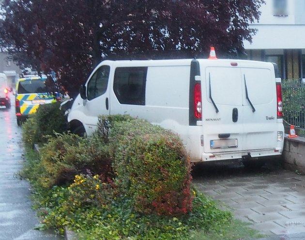 Řidič dodávky naboural do stromu, předtím do druhého vozu a do plotu, měl přes 2promile.