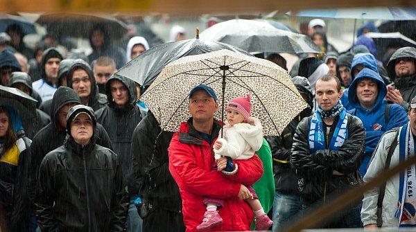 Protest fanoušků Baníku před ostravskou radnicí.