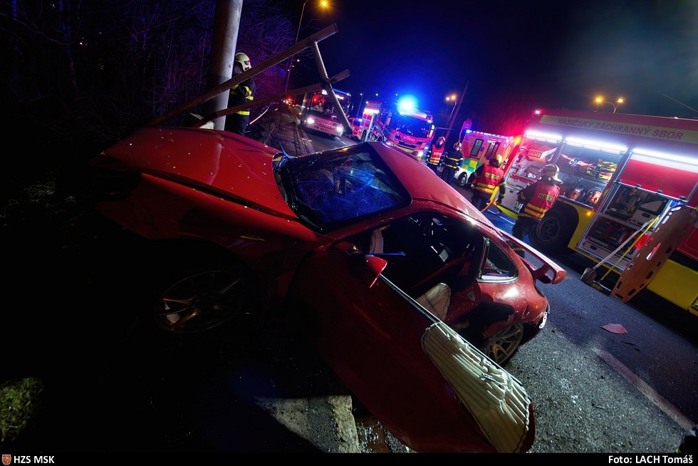 Zásah hasičů u nehody porsche v Ostravě, 13. března 2021.