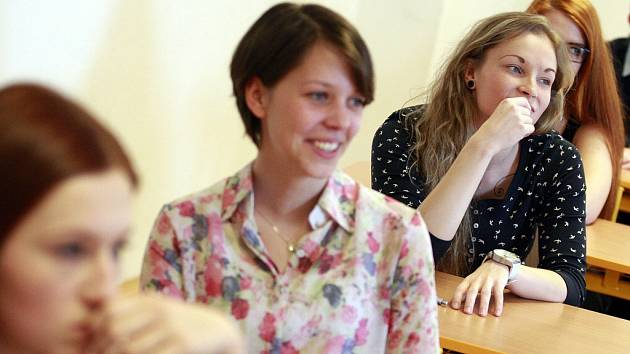 Studenti ostravského gymnázia Hladnov před zkouškou z angličtiny.