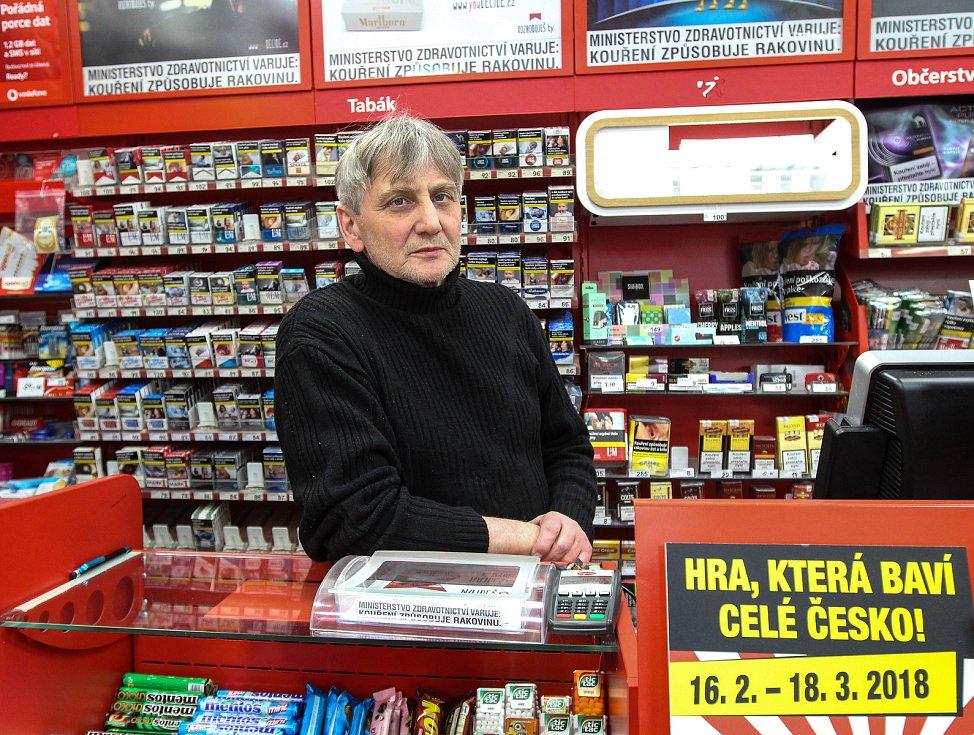 Ivo Bryš ve své trafice na mošnovském letišti.