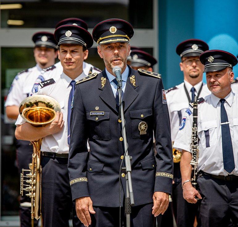 Děkovný koncert Hudby Hradní stráže a Policie České republiky lidem v první linii, 12. června 2020 u Fakultní nemocnice v Ostravě. Ředitel moravskoslezské policie Tomáš Kužel.