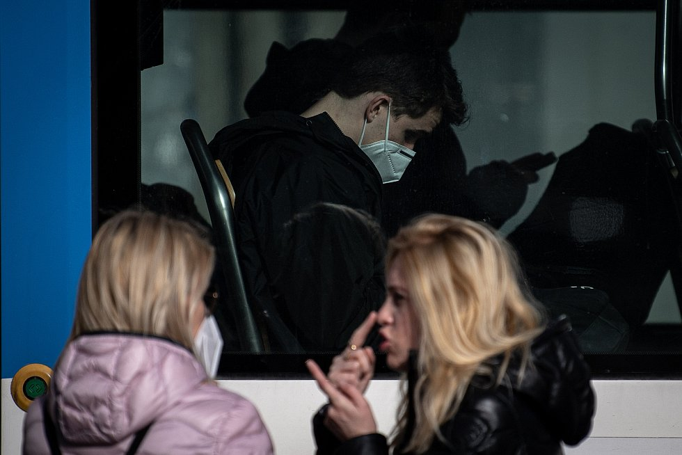 Muž s respirátorem v MHD, 25. února 2021 v Ostravě. Kvůli koronavirové epidemii začala platit povinnost na frekventovaných místech nosit respirátor nebo dvě jednorázové zdravotnické roušky přes sebe.