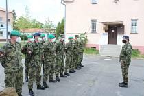 Plukovník Medek vydává pokyny vojákům pamáhajícím v Alzheimercentru.