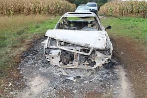 Ukradená auta, která skončila v plamenech.