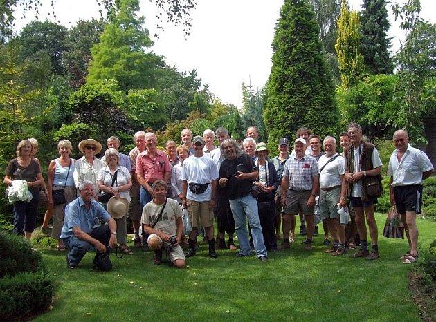 Členové světové dendrologické společnosti ACS na návštěvě u Jana Slámy, na jeho zahradě v Ostravě-Hrabové