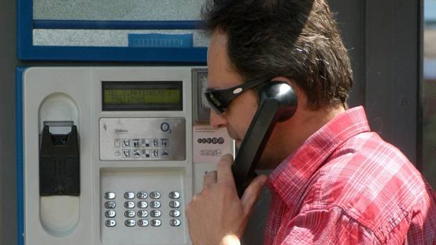 S příchodem mobilních telefonů lidé téměř přestali volat z klasických telefonních budek.