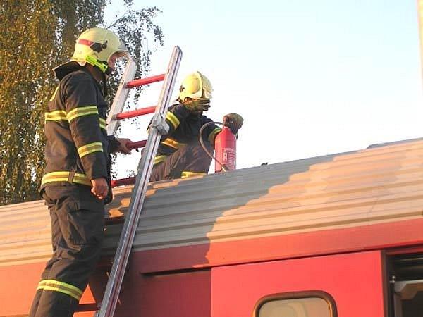 Hasiči uhasili oxidem uhličitým požár ve vagonu