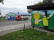 V Nádražní ulici v Ostravě vznikla působivá gratulace neznámého autora.