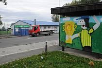 Zastávku v Petřkovicích v Petřkovicích si vyzdobili fotbaloví fanoušci.