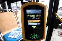 Terminál pro odbavování cestujících s čipovou kartou ODIS.