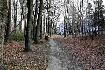 Místem pro nové domy nabízející nadstandardní bydlení byl vybrán okraj porubského lesoparku. Petice proti nemu jsou mimo jiné upevneny i na stromech.