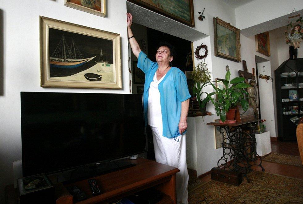 Eva Zapletalová ukazuje, kam až sahala voda při povodni v roce 1997.