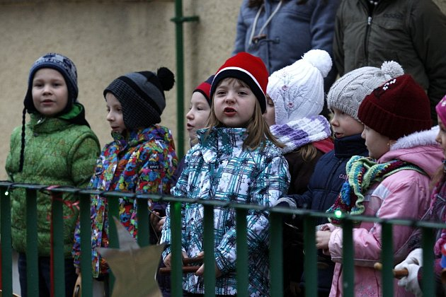 Ke zpívání koled se ve středu 11.prosince vpředstihu připojila iiMateřská škola Adamusova vOstravě-Hrabůvce. ADeník byl utoho (-: