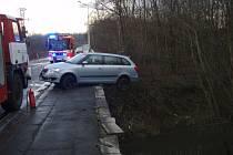 Vozidlo prorazilo zábradlí mostu a zůstalo nebezpečně viset zadní částí nad řekou Lučinou.