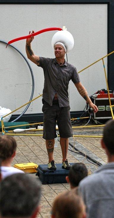První ročník mezinárodního festivalu nového cirkusu a pouličního divadla Cirkulum začal v pátek na Hlavní třídě v Ostravě-Porubě.