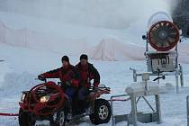 Sobotní zasněžování ve Ski park Skalka.