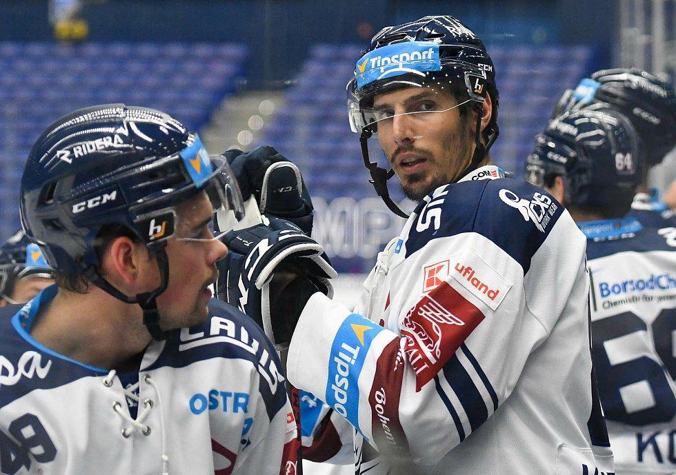 HC Vítkovice Ridera – HC Olomouc 1:2 v prodloužení, přípravný zápas v Ostravě, 10. září 2020. Domácí útočník Tomáš Kubalík, kterého na tribuně podporoval jeho bratr Dominik, hrající NHL za Chicago.