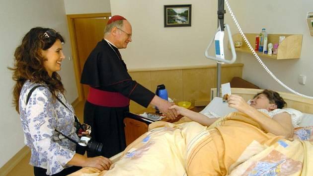 Biskup František Václav Lobkowicz v nově otevřeném hospicu v Ostravě