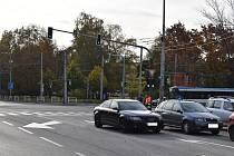 Zelená, na kterou nikdo nejede. A ani nemůže. Oba pruhy v uzavřeném směru blokuji vozidla stavbařů a řemeslníků, kteří zde přes den parkují.