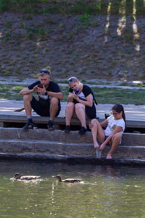 Lidé užívající si víkend v Komenského sadech a u řeky Ostravice, 1. srpna 2020.