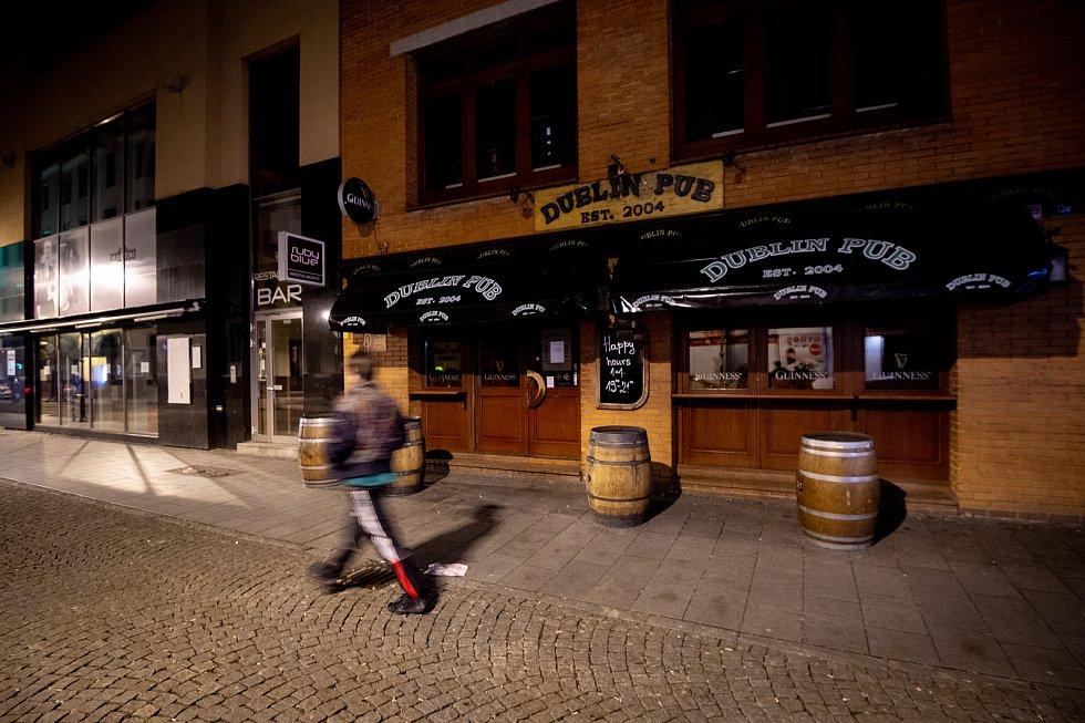 Prázdná Stodolní ulice 13. března 2020 v Ostravě. Vláda ČR vyhlásila dne 12. března 2020 stav nouze a rozhodla, že všechny restaurace a hospody budou kvůli koronavirovým opatřením uzavřeny ve 20:00. Policie kontroluje zda jsou všechny restaurace, hospody