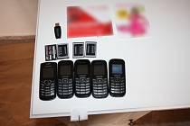 Pachatelé při své trestné činnosti používali facebook, řezačku papíru, nedohledatelné mobilní telefony a jiné...
