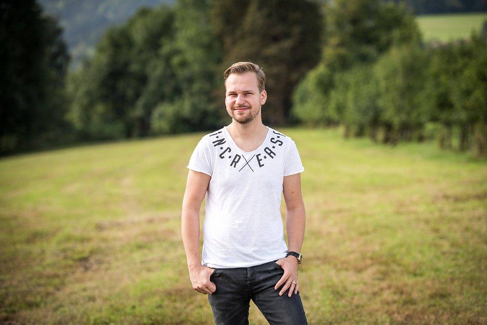 Zpěvák Martin Chodúr při fotografování pro Deník 27. srpna 2017 v Raškovicích.