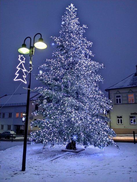 Horní Benešov má svůj vánoční strom na náměstí před místním úřadem. Jedná se ojedličku. Snímek zaslala Klára Kelemenová.
