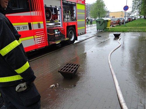 Velká laguna se vytvořila v pátek ráno před vstupem do ZŠ Kosmonautů v Ostravě-Zábřehu, nahlášena hasičům byla ve čtvrt na osm. Vodu zde odčerpávala jednotka HZS Moravskoslezského kraje ze stanice Ostrava-Zábřeh.