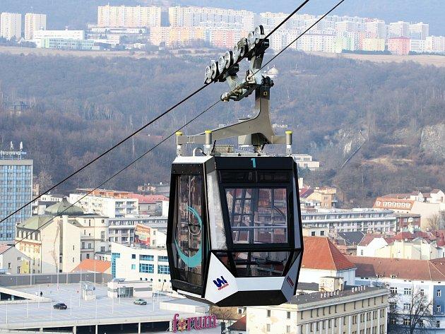 Tuto lanovku mají v Ústí nad Labem. S délkou 330 m je nejdelší visutou lanovou dráhou v Česku bez samostatně stojících podpěr.