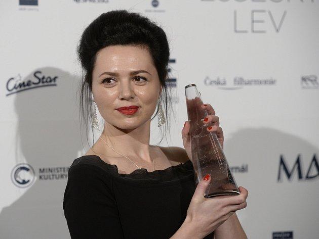 Lucie Žáčková se soškou Českého lva.