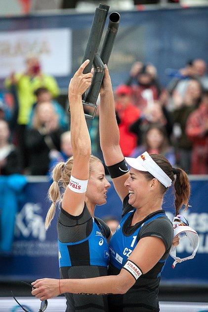 Markéta Sluková (vlevo) a Barbora Hermannová strofejí za vítězství na J&T Banka Ostrava Beach Open 2018.