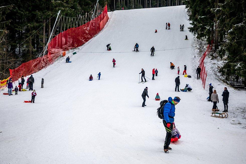 Sněhová nadílka přilákala rodiny s dětmi na Bílou, 9. ledna 2021 Beskydy.