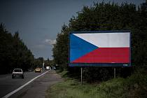 Billboard s českou vlajkou poblíž Ostravy, snímek z 29. srpna 2017.