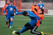 Fotbalový turnaj ve Vratimově. Utkání mezi Bohumínem (v modrém) a Šenovem.