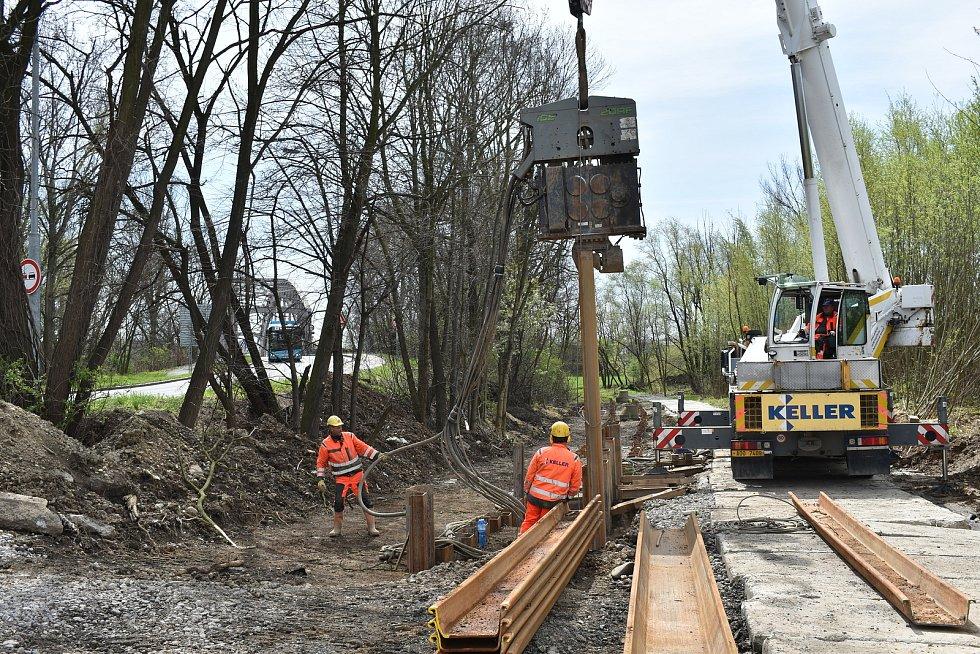 """Na okamžik to vypadalo, že se vedle mostu, který čeká dlouhodobá oprava, chystá provizorní přemostění. Bohužel, jde """"jen"""" o výstavbu kanalizace."""