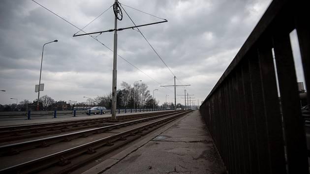 Ilustrační foto. Most přes Rudnou ulici (ulice Plzeňská) než ho nahradila nová mostní konstrukce.