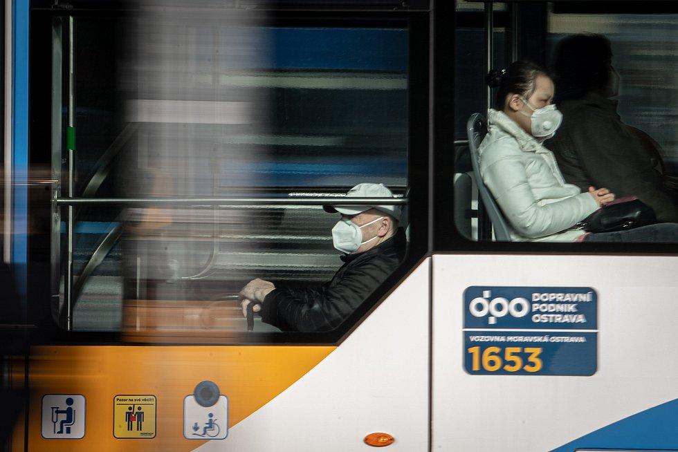 Lidé s respirátorem v MHD, 25. února 2021 v Ostravě. Kvůli koronavirové epidemii začala platit povinnost na frekventovaných místech nosit respirátor nebo dvě jednorázové zdravotnické roušky přes sebe.