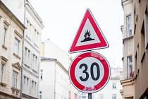"""Na ulici ČS. Legií někdo z recese upravil dopraví značku. Dopravní značka """"Zpomalovací práh"""" upozorňuje na umělou nerovnost na vozovce, jejímž účelem je zejména snížení rychlosti jedoucích vozidel, 8 listopadu 2019 v Ostravě."""